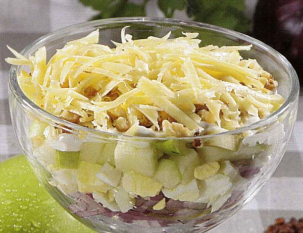 Kiaušinių ir obuolių salotos su riešutais