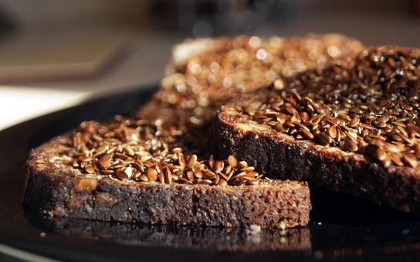 Sveiki pusryčiai su linų sėmenimis aptepta juoda duona