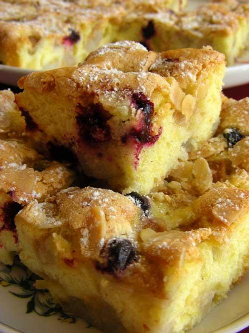 Paprastas ir greitas pyragas su kriaušėmis, juodaisiais serbentais ir migdolų plokštelėmis