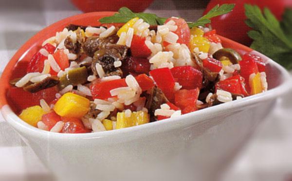 Kitokios ryžių salotos su grybais ir alyvuogėmis