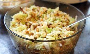 Pekino kopūsto salotos su sūriu ir riešutais