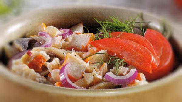 Silkių salotos su krabų lazdelėmis